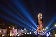 Nederland, Nijmegen, 16-7-2014 Matrixx live at the kade op de Waalkade. Vanavond trad hier de populaire volkszanger Roy Donders op. Het plein was afgeladen vol. Recreatie, ontspanning, cultuur, dans, theater en muziek in de binnenstad tijdens de zomerfeesten. Een van de tientallen feestlocaties in de stad. Onlosmakelijk met de vierdaagse, 4daagse, zijn in Nijmegen de vierdaagse feesten, de zomerfeesten. talrijke podia staat een keur aan artiesten, voor elk wat wils. Een week lang elke avond komen tegen de honderdduizend bezoekers naar de stad. De politie heeft inmiddels grote ervaring met het spreiden van de mensen, het zgn. crowd control.De vierdaagsefeesten zijn het grootste evenement van Nederland en verbonden met de wandelvierdaagse. Foto: Flip Franssen/Hollandse Hoogte