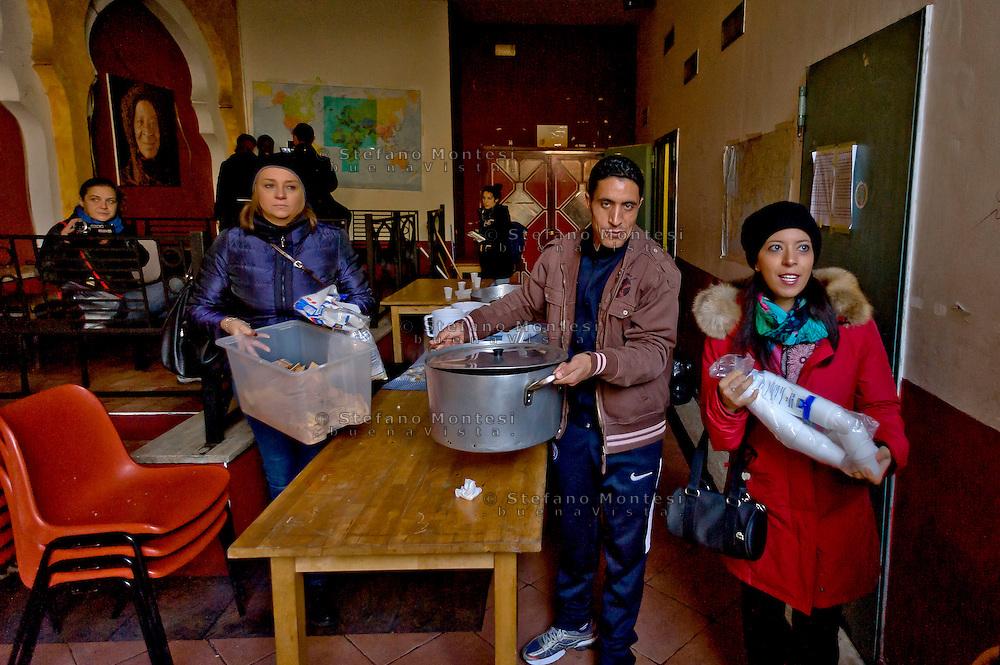 Roma 6 Dicembre 2015<br /> Chiude il centro per migranti Baobab in Via Cupa, gestito da volontari che in questi mesi, da giugno a oggi, ha accolto più di 30mila migranti provenienti da Etiopia, Somalia ed Eritrea. La chiusura dello stabile è stata imposta dal Comune di Roma per motivi amministrativi. Volontari e migranti preparano l'ultima colazione.<br /> Rome December 6, 2015<br /> Closes the center for migrants Baobab in Via Cupa, run by volunteers who in recent months, from June to today, has received more than 30 thousand migrants from Ethiopia, Somalia and Eritrea. The closure of the building has been imposed by the city of Rome for administrative reasons. Volunteers and migrants prepare the last breakfast.