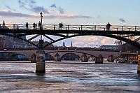 France, Paris (75), les rives de la Seine, classées Patrimoine Mondial de l'UNESCO, la Passerelle des Arts, // France, Paris, the Passerelle des Arts