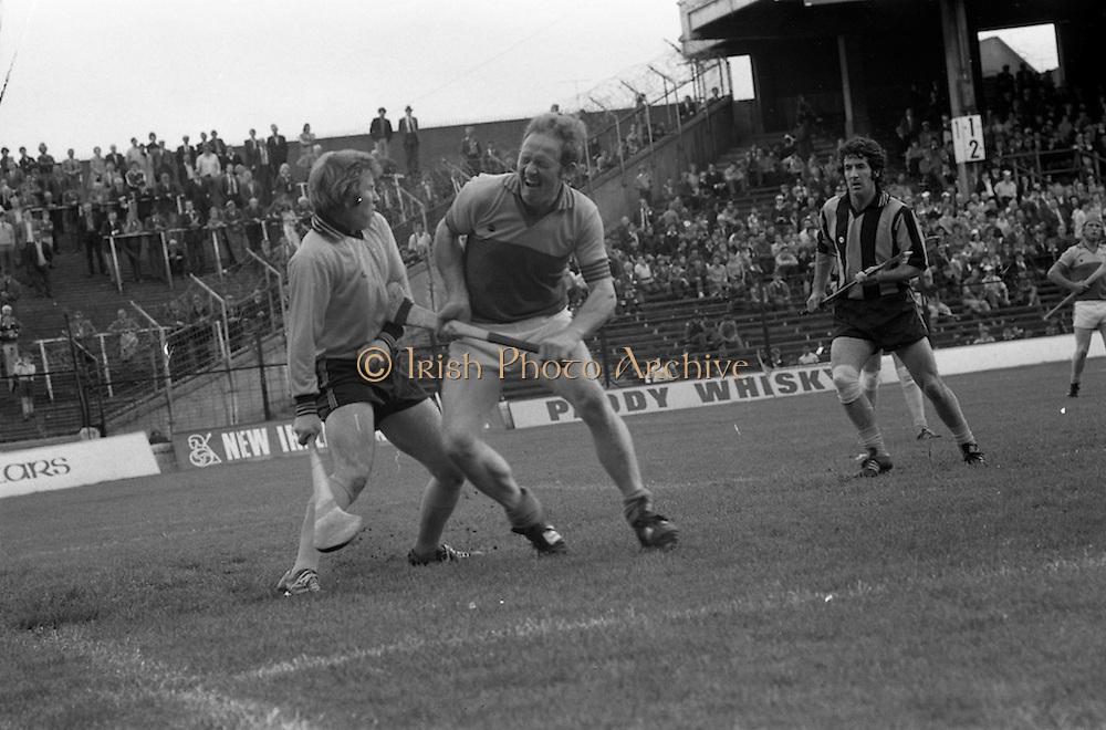 18/07/1976<br /> 07/18/1976<br /> 18 July 1976<br /> Leinster Hurling Final: Kilkenny v Wexford at Croke Park, Dublin. <br /> Tony Doran, captain of the Wexford team, trying to get the ball from the Kilkenny goalkeeper, Noel Skehan (left).