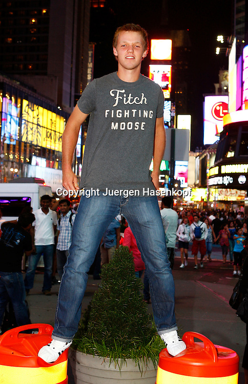 Junior Tennis Spieler Kevin Krawietz sightseeing  in New York City am Times Square,Nachtaufnahme,privat,