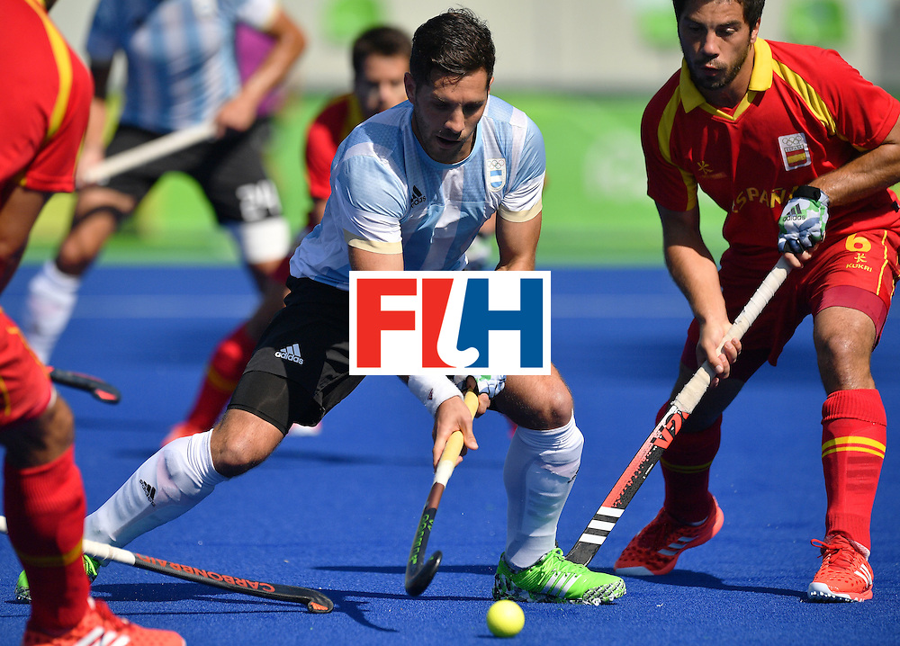 Argentina's Agustin Mazzilli (L) vies with Spain's Miguel Delas during the men's quarterfinal field hockey Spain vs Argentina match of the Rio 2016 Olympics Games at the Olympic Hockey Centre in Rio de Janeiro on August 14, 2016. / AFP / Carl DE SOUZA        (Photo credit should read CARL DE SOUZA/AFP/Getty Images)