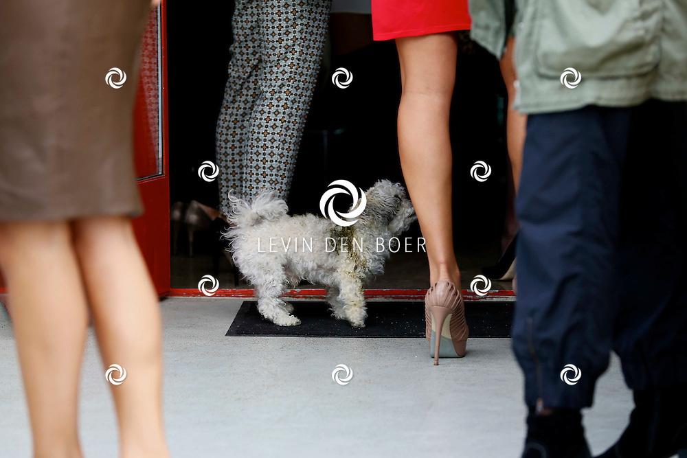 AMSTERDAM - In The Oyster Club aan het Olympisch Stadion te Amsterdam hield het lifestylemagazine TALKIES een Lifestyle Lunch. Diversen bekende Nederlanders waren hierbij uitgenodigd. Met op de foto  Hind Laroussi Tahiri die haar hondje Alfa aan het uitlaten is. Helaas vond haar hondje Alfa het erg leuk om even door de ganzen poep te gaan rollen, waardoor Hind met een emmer en wat water haar hondje moest schoonmaken. FOTO LEVIN DEN BOER - PERSFOTO.NU