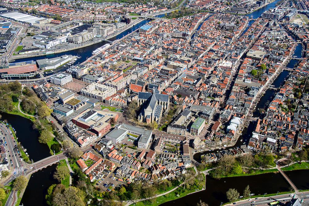 Nederland, Noord-Holland, gemeente Alkmaar, 20-04-2015; binnenstad van Alkmaar met Grote kerk of Sint-Laurenskerk, Stedelijk Museum Alkmaar. Clarissebolwerk en Singelgracht, rechts Oudegracht.<br /> Alkmaar inner city with rampart.<br /> luchtfoto (toeslag op standard tarieven);<br /> aerial photo (additional fee required);<br /> copyright foto/photo Siebe Swart