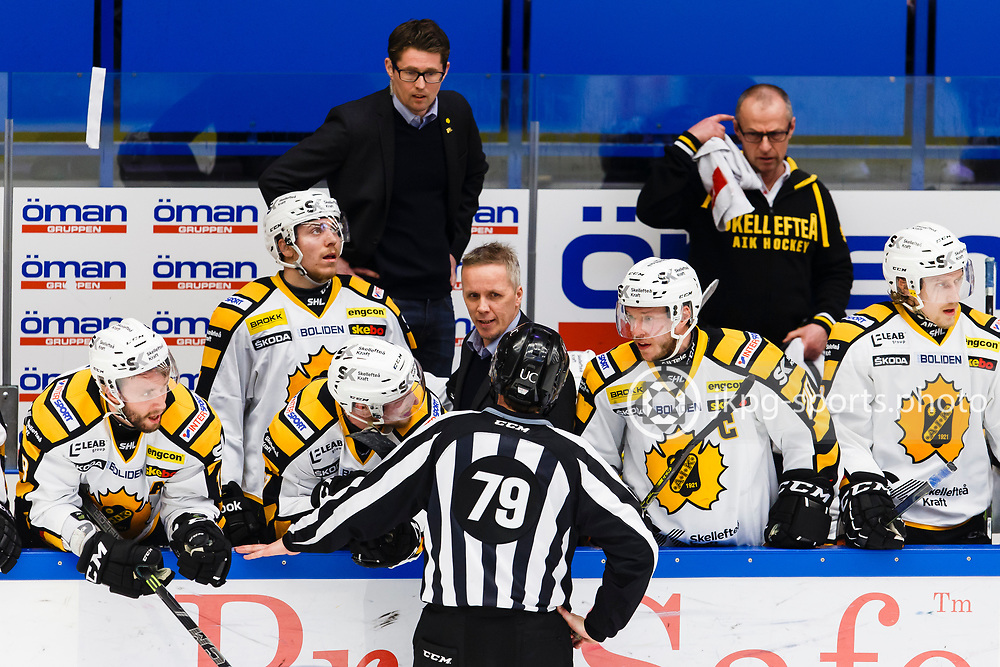 150423 Ishockey, SM-Final, V&auml;xj&ouml; - Skellefte&aring;<br /> Linjedomare, Henrik Pihlblad i samtal med tr&auml;nare Hans Wallson, Skellefte&aring; AIK.<br /> &copy; Daniel Malmberg/Jkpg sports photo
