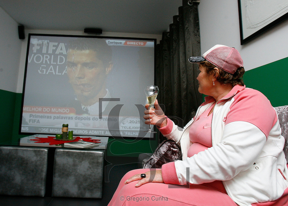 FESTA DO DO TITULO DE MELHOR DO MUNDO FIFA NA CASA DA MAE, (DOLORES AVEIRO), DE CRISTIANO RONALDO.FOTO GREGORIO CUNHA