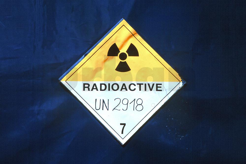 """24.04.1995, Germany/Niedersachsen/Gorleben:<br /> Gefahrenkennzeichen """"Radioactive"""" auf Abdeckplane des CASTOR, Castor Transport zum Zwischenlager Gorleben<br /> IMAGE: 19950424-01/09-23<br /> KEYWORDS: Atom, Atommüll, Kernenergie, atomic energy, nuclear energy,  Schild, sign, Logo"""