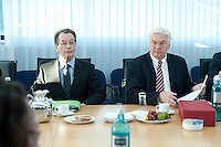 05 JAN 2009, BERLIN/GERMANY:<br /> Franz Muentefering (L), SPD Parteivorsitzender, Frank-Walter Steinmeier (R), SPD, Bundesaussenminister, vor Beginn der Sitzung der SPD -Koordinierungsrunde-Bund-Laender-Komunen, Willy-Brandt-Haus<br /> IMAGE: 20090105-01-013<br /> KEYWORDS: Franz Müntefering