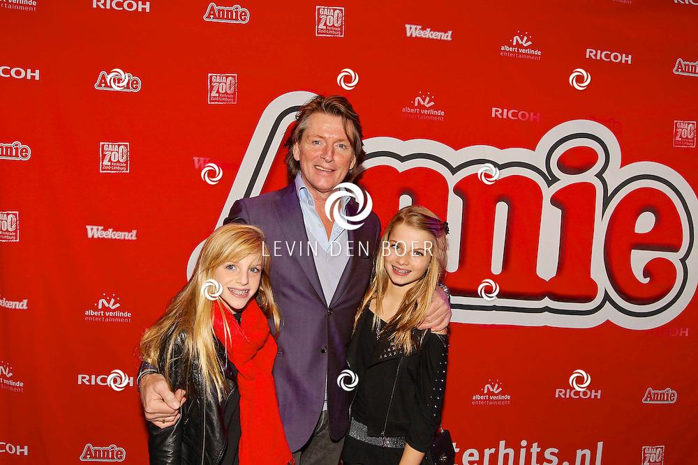 DEN BOSCH - In de Theater aan de Parade is de nieuwe musical van Annie in premiere gegaan. Met op de foto  Erik de Zwart met dochters Merel en Jasmijn. FOTO LEVIN DEN BOER - PERSFOTO.NU