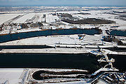 Nederland, Utrecht, Vianen, 31-01-2010; Stuw bij Hagestein, de stuw is gesloten in verband met de waterstand in de rivier. Scheepvaart maakt gebruik van de schutsluis (boven in beeld), de vistrap naast de stuw, onder in beeld is in werking. Houten aan de horizon..Hagestein weir, the dam is closed due to the low level of the water in the river. Shipping is using the lock and the fish ladder (bottom) is working;.luchtfoto (toeslag), aerial photo (additional fee required); foto/photo Siebe Swart