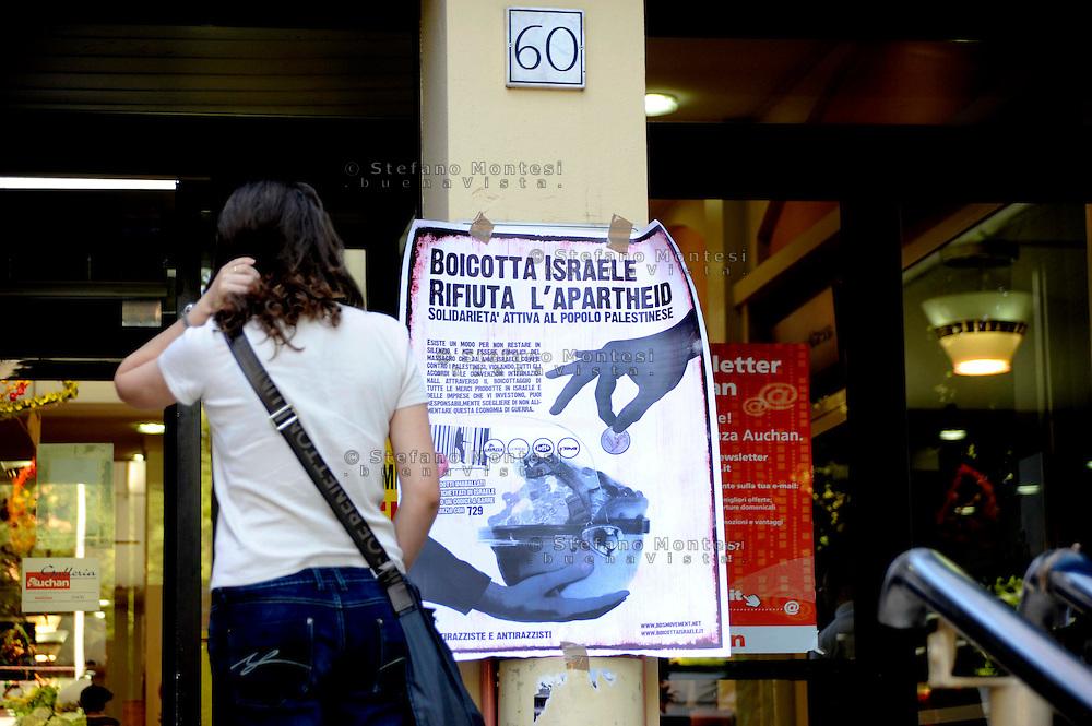 """Roma 26 Giugno 2009.Manifestazione di un gruppo di  «Antirazzisti e antirazziste» , davanti al supermercato Auchan di via Pollio a Casal Bertone, che protestano contro la vendita di prodotti e delle aziende che investono in Israele e per questo chiedono il boicottaggio delle merci..Rome 26 June 2009  .Demonstration of a group of 'anti-racism and anti-racist', in front of the Auchan supermarket, protesting against the sale of products and companies that invest in Israel and for this ask the boycotting of the commodities.The banner reads :""""Reject the Apartheid, boycotting Israel"""""""