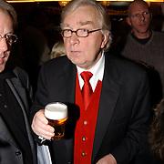 Laatste voorstelling Ramses Shaffy en Liesbeth List, Henk van der Meyden met een biertje