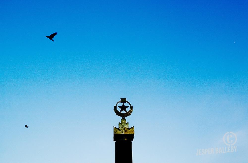 Moldawien, Republik Moldau, Hauptstadt Chisinau, Kischinau, Denkmal Eternitate, Sovjetstern mit blauem Himmel, Moldova, Capital Chisinau / Chisinev, The Eternitate / Eternal Memorial, soviet star against a blue sky, 11/2007 © 2010 Jesper Balleby / Agentur Focus