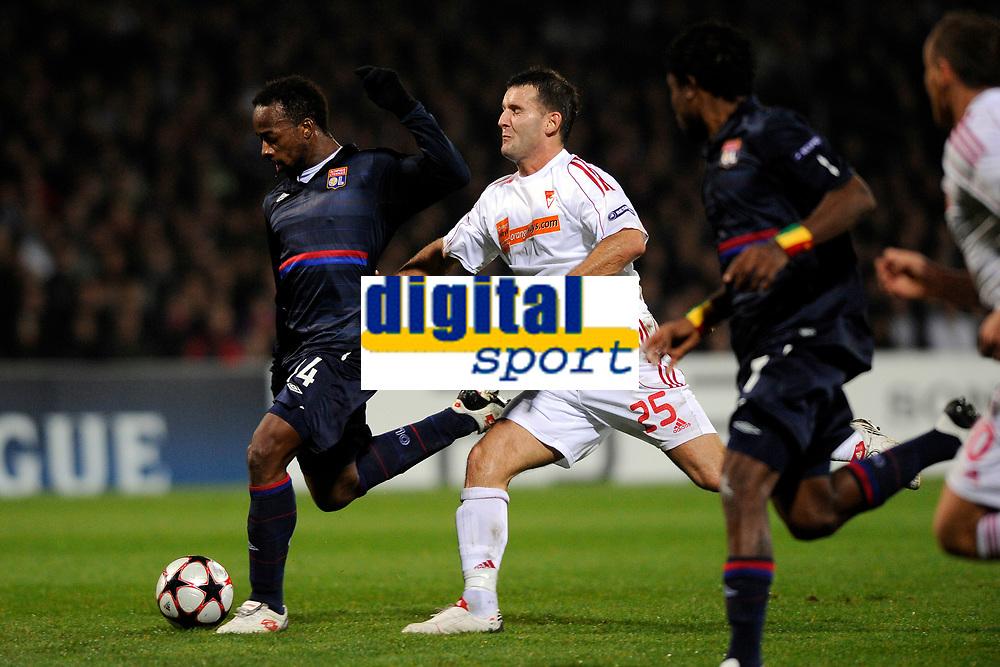 FOOTBALL - UEFA CHAMPIONS LEAGUE 2009/2010 - GROUP E - OLYMPIQUE LYONNAIS v DEBRECENI VSC - 9/12/2009 - PHOTO FRANCK FAUGERE / DPPI - SIDNEY GOVOU (OL) / ZOLTAN SZELESI (DEB)