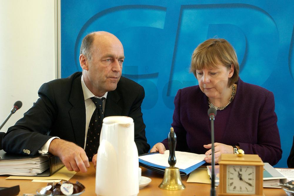 09 FEB 2004, BERLIN/GERMANY:<br /> Laurenz Meyer (L), CDU Generalsekretaer, und Angela Merkel (R), CDU Bundesvorsitzende, im Gespraech, vor Beginn einer Sitzung des CDU Bundesvorstandes, CDU Bundesgeschaeftsstelle<br /> IMAGE: 20040209-01-002<br /> KEYWORDS: Gespr&auml;ch