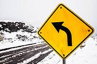 Placa de sinalização na estrada que vai para o Morro da Igreja rodeada de neve.  Urubici, Santa Catarina, Brasil. / <br /> Warning sign on the road that leads to Morro da Igreja surrounded by snow.  Urubici, Santa Catarina, Brazil.
