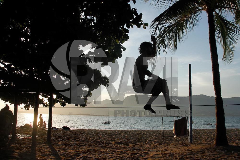 ILHA BELA, SP, 08.02.2014 - TURISMO / LITORAL NORTE / SP - CLIMA TEMPO , ILHA BELA. Praticantes de Slack-line  na Praia do Pereque, em Ilha Bela, litoral norte do Estado de Sao Paulo na tarde deste sabado, 08. (Foto: Andre Hanni / <br /> Brazil Photo Press).