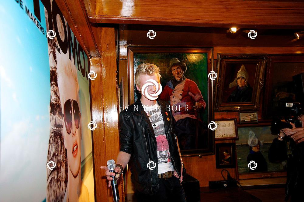 VOLENDAM - In Hotel Spaander is de nieuwe cover onthult van het magazine L'HOMO 5e editie. Met op de foto  Johannes Rypma die op de cover van L'Homo staat. FOTO LEVIN DEN BOER - PERSFOTO.NU