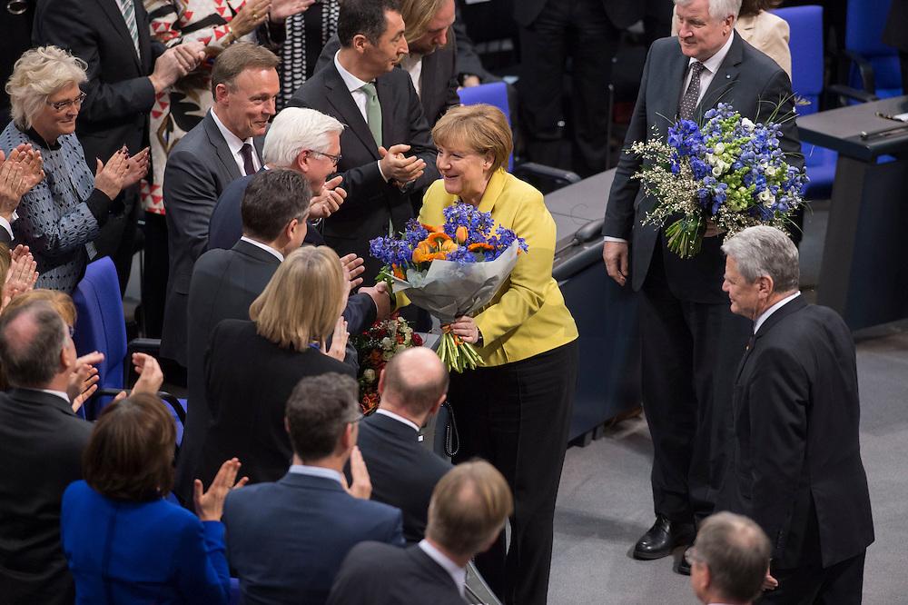 12 FEB 2017, BERLIN/GERMANY:<br /> Frank-Walter Steinmeier (M-L), neu gew&auml;hlter Bundespraesident, Angela Merkel (M-R), CDU, Bundeskanzlerin, Horst Seehofer (R oben), CSU, Ministerpraesident Bayern, und Joachim Gauck (R unten), Bundespraesident a.D., Gratulationen nach Steinmeiers Wahl zum Bundespraesident, 16. Bundesversammlung zur Wahl des Bundespraesidenten, Reichstagsgebaeude, Deutscher Bundestag<br /> IMAGE: 20170212-02-126<br /> KEYWORDS; Bundespraesidentenwahl, Bundespr&auml;sidetenwahl, gratuliert, Blumen,