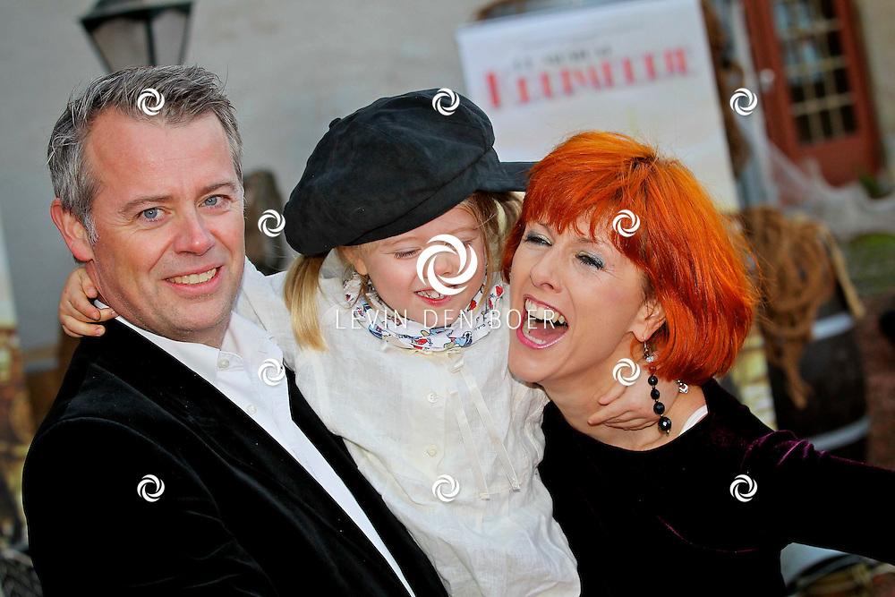KAATSHEUVEL/EFTELING - Vanmiddag vond in Theater de Efteling de galapremiere plaats van de musical Kruimeltje, een coproductie van Rick Engelkes Producties en Efteling Theaterproducties.  Met op de foto Chazia Mouralli en partner Marc Schroder en dochter Jasmijn. FOTO LEVIN DEN BOER - PERSFOTO.NU