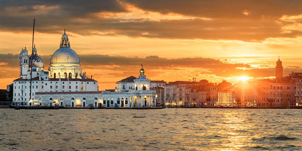Venedig von seiner besten Seite. Canal Grande mit Basilika di Santa Maria della Salute bei Sonnenuntergang.