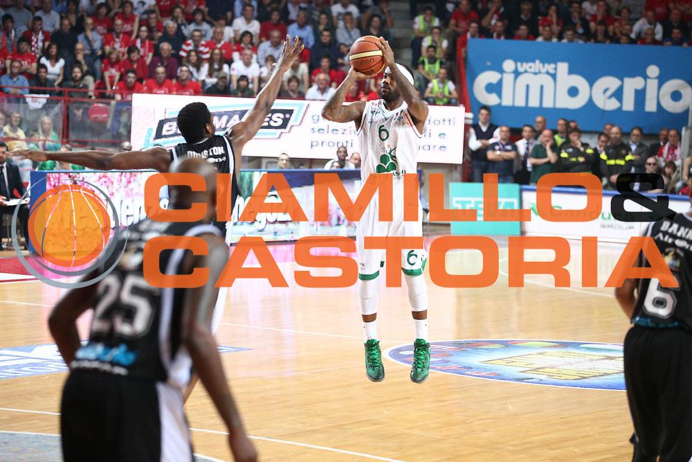 DESCRIZIONE : Varese Lega A 2012-13 Cimberio Varese Montepaschi Siena playoff semifinali<br /> GIOCATORE : Mike Brown<br /> CATEGORIA : Tiro<br /> SQUADRA : Montepaschi Siena<br /> EVENTO : Campionato Lega A 2012-2013<br /> GARA : Cimberio Varese Montepaschi Siena<br /> DATA : 28/05/2013<br /> SPORT : Pallacanestro <br /> AUTORE : Agenzia Ciamillo-Castoria/G.Cottini<br /> Galleria : Lega Basket A 2012-2013  <br /> Fotonotizia : Varese Lega A 2012-13 Cimberio Varese Montepaschi Siena playoff semifinali<br /> Predefinita :