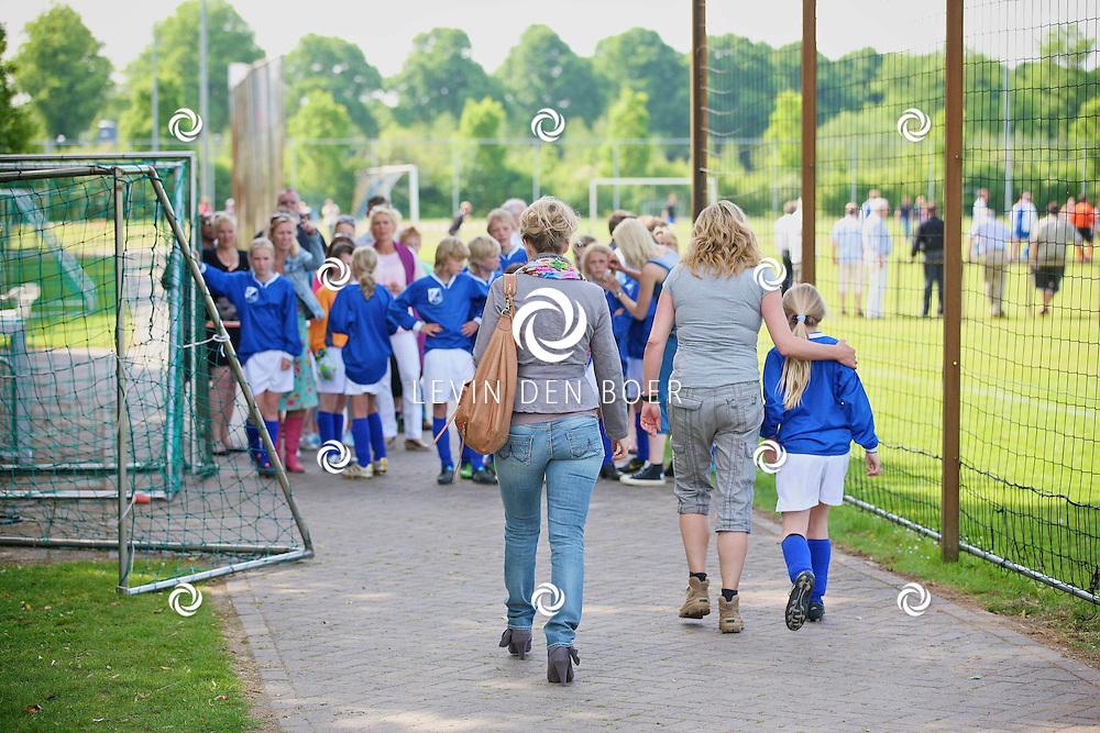 HENGELO - Bij VV Pax worden er opnames gemaakt voor de nieuwe jeugdserie Koen Kampioen die in 2012 te zien zal zijn bij Zapp. Met hier op de foto Marit van Bohemen. FOTO LEVIN DEN BOER - PERSFOTO.NU