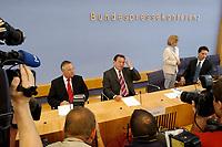 26 JUL 2003, BERLIN/GERMANY:<br /> Hans Eichel (L), SPD, Bundesfinanzminister, Gerhard Schroeder (R), SPD, Bundeskanzler, Fotografen und Kameraleute, vor Beginn der Pressekonferenz ueber die Umsetzung der Agenda 2010 und  dem Vorziehen der Steuerreform, Bundespressekonferenz<br /> IMAGE: 20030716-02-009<br /> KEYWORDS: Gerhard Schröder, Journalist, Journalisten, Kamera, Camera, Fotograf