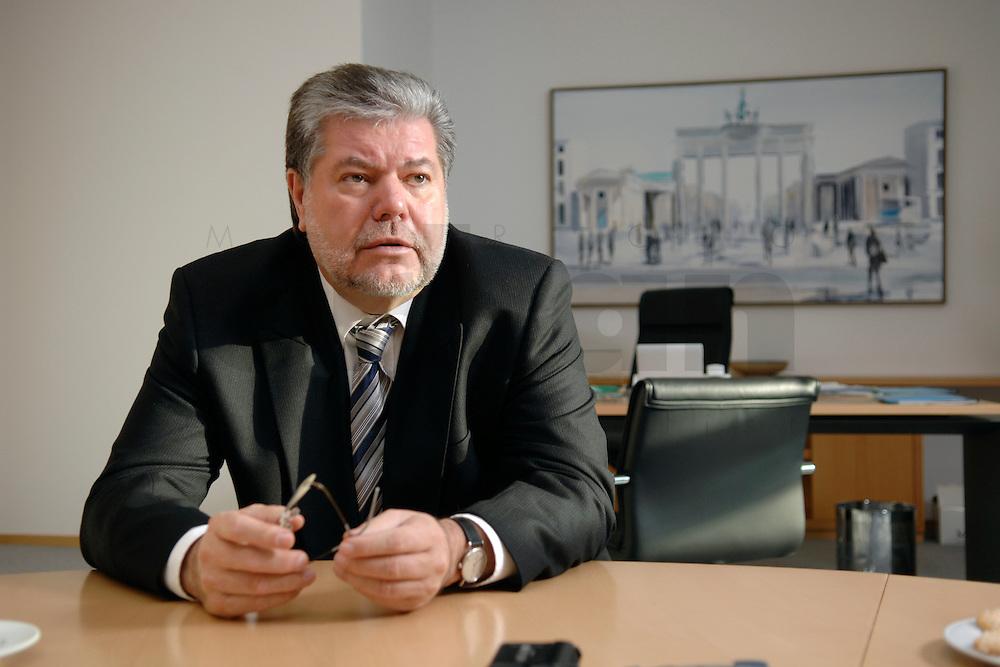 08 JAN 2007, BERLIN/GERMANY:<br /> Kurt Beck, SPD Parteivorsitzender und Ministerpraesident Rheinland-Pfalz, waehrend einem Interview, in seinem Buero, Willy-Brandt-Haus<br /> Kurt Beck, Party Leader of the Social Democratic Party, during an interview, in his office, Willy-Brandt-Haus<br /> IMAGE: 20070108-01-064<br /> KEYWORDS: Ministerpräsident