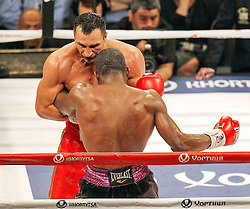 26.04.2015, Madison Square Garden, New York, USA, WBA, Wladimir Klitschko vs Bryant Jennings, im Bild l-r. Wladimir Klitschko, Bryant Jennings sichtlich gezeichnet // during IBF, WBO and WBA world heavyweight title boxing fight between Wladimir Klitschko of Ukraine and Bryant Jennings of the USA at the Madison Square Garden in New York, United Staates on 2015/04/26. EXPA Pictures © 2015, PhotoCredit: EXPA/ Eibner-Pressefoto/ Kolbert<br /> <br /> *****ATTENTION - OUT of GER*****