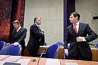Nederland. Den Haag, 12 november 2009.<br /> De Tweede Kamer, debat over de AOW. Bewindspersonen Donner, Balkenende, Bos verlaten vak K voor de lunchpauze. Vierde kabinet Balkenende, Balkenende IV, Balkenende Vier, coalitie<br /> Foto Martijn Beekman