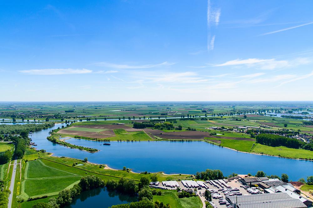 Nederland, Gelderland, Maasdriel 13-05-2019; Bommelerwaard met dorp Alem gelegen op schiereiland in de Maas. In de voorgrond oude Maasarm, foto richting Maas. In  het kader van het Maasoeverpark, zal de dam van Alem vervangen gaan worden door een brug. Ook verdere ontwikkeling van het landschapspark met daarin ruimte voor de natuur, de landbouw en gecombineerd  met 'ruimte voor de rivier' en bescherming tegen hoogwater door waterstandverlaging.<br /> Bommelerwaard with the village of Alem on a peninsula in the Maas. In the foreground the Maasarm, photo towards river Maas. Part of Maasoeverpark, development of a landscape park in which space for nature is combined with 'space for the river', protection against high water by lowering the water level.<br /> <br /> aerial photo (additional fee required); luchtfoto (toeslag op standard tarieven); copyright foto/photo Siebe Swart