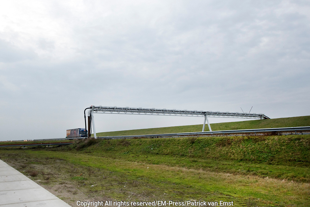 Koning Willem Alexander opent proefinstallatie Blue Energy in Breezanddijk op de Afsluitdijk. De Blue Energy, zoals de installatie heet, is de eerste installatie waarbij de winning van energie uit zoet en zout water in de praktijk wordt getest. <br /> <br /> <br /> King Willem Alexander opens pilot plant in Blue Energy Breezanddijk on the Dam. The Blue Energy, as the plant is called, is the first installation where the energy from fresh and salt water is tested in practice.<br /> <br /> op de foto / On thew photo: