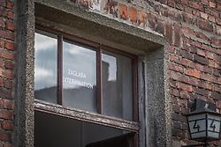 THEMENBILD - Das Stammlager Auschwitz I gehörte neben dem Vernichtungslager KZ Auschwitz II–Birkenau und dem KZ Auschwitz III–Monowitz zum Lagerkomplex Auschwitz und war eines der größten deutschen Konzentrationslager. Es befand sich zwischen Mai 1940 und Januar 1945 nach der Besetzung Polens im annektierten polnischen Gebiet des nun deutsch benannten Landkreises Bielitz am südwestlichen Rand der ebenfalls umbenannten Kleinstadt Auschwitz (polnisch Oświęcim). Teile des Lagers sind heute staatliches polnisches Museum bzw. Gedenkstätte. Im Bild der Eingang zu den Ausstellungen, aufgenommen am 11.04.2018, Oswiecim, Polen // Auschwitz concentration camp was a network of concentration and extermination camps built and operated by Nazi Germany in occupied Poland during World War II. It consisted of Auschwitz I (the original concentration camp), Auschwitz II–Birkenau (a combination concentration/extermination camp), Auschwitz III–Monowitz (a labor camp to staff an IG Farben factory), and 45 satellite camps. Concentration camp Auschwitz I, Oswiecim, Poland on 2018/04/11. EXPA Pictures © 2018, PhotoCredit: EXPA/ Florian Schroetter