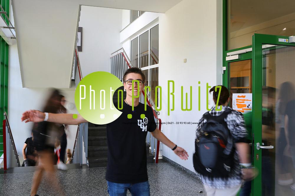 Mannheim. 13.07.17 | Luca Weigand am Ursulinengymnasium<br /> Ursulinengymnasium. Abitur. Mit dem besten 1er Abitur (860 Punkte) in Mannheim schneidet Luka Weigand ab. <br /> <br /> BILD- ID 0023 |<br /> Bild: Markus Prosswitz 13JUL17 / masterpress (Bild ist honorarpflichtig - No Model Release!)