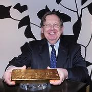 NLD/Amsterdam/20140220 - Boekpresentatie Fout Geld in De Nederlandse Bank, Nout Wellink met een baar goud