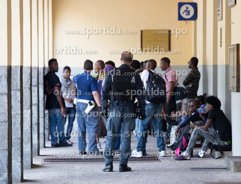THEMENBILD - An den Bahnhöfen in Südtirol stranden seit Monaten jede Woche Hunderte Flüchtlinge. Wer es über das Meer bis nach Italien geschafft hat, versucht, rasch weiter in Richtung Norden zu kommen, meist werden sie dabei von deutsch-österreichisch-italienischen Polizeistreifen aus den Zügen geholt. Am Bahnhof in Bozen und am Brenner werden sie von Helfern versorgt. Viele der Flüchtlinge wollen nach Deutschland und Skandinavien. Der Brenner ist nur ein Etappenziel. Hier im Bild Flüchtlinge warten unter Polizeibewachung vor der Grenzpolizeistation am Bahnhof Brenner. Aufgenommen am 9. August 2015 am Bahnhof Brenner // Asylum seekers crowding the Brenner railway station on the border between Tyrol, Austria and South Tyrol, Italy, 09 August 2015. Each Week hundreds of asylum seekers reportedly are stopped by Austrian, German and Italian police. The Austrian government has been struggling to house masses of new arrivals, as some provincial leaders and many mayors have opposed hosting asylum seekers in their communities. More than 28,300 people applied for refugee protection in Austria in the first half of the year, with many coming from Syria, Afghanistan and Iraq. EXPA Pictures © 2015, PhotoCredit: EXPA/ Johann Groder