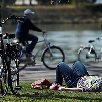 Nederland.Maastricht. 10 april 2015.<br /> Zonnen langs de Maas tijdens de eerste echte lentedag op het Centre Ceramique.<br /> Foto: Jean-Pierre Jans