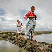 G. M. Abdus Sabur is worried. - If we don't get better levees and flood barriers, we will drown. As he stand with his niece on the edge of a rice patty, he hopes the world take note and help stop the water from rising. Bangladesh is prone to a double whammy of flooding and drought caused by the melting glaciers of Himalaya.
