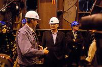 11 AUG 2005, KIEL/GERMANY:<br /> Joschka Fischer, B90/Gruene, Bundesaussenminsiter, mit Schutzhelm im Gespraech mit Mitarbeitern, waehrend dem  Besuch der Howaldtswerke-Deutsche Werft GmbH, HDW<br /> IMAGE: 20050811-02-012<br /> KEYWORDS: Schiffbau, Wahlkampf, Bundestagswahl, Arbeiter