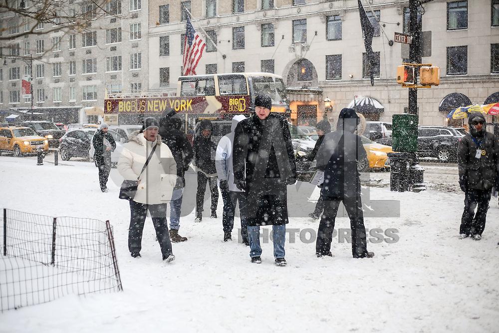 NEW YORK, NY, 07.01.2017 - INVERNO-NEW YORK - Movimentação no Central Park na Ilha de Manhattan em New York, neste sábado, 07. Este é o primeiro dia de neve na cidade no ano. (Foto: Vanessa Carvalho/Brazil Photo Press)