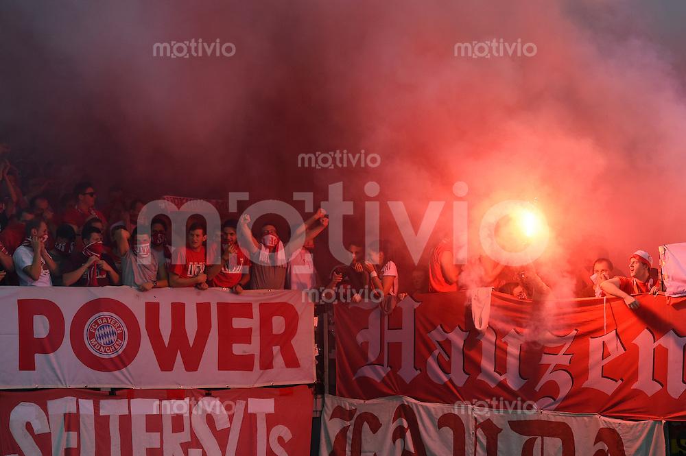 FUSSBALL   CHAMPIONS LEAGUE   SAISON 2014/2015   Vorrunde AS Rom - FC Bayern Muenchen        21.10.2014 FC Bayern Fans mit Pyro und Rauchbomben im Gaestefanblock der Olympiastadion von Rom