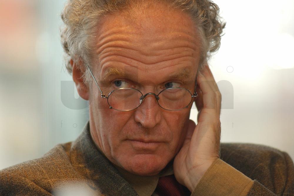 01 NOV 2002, BERLIN/GERMANY:<br /> Dr. Konrad Schacht, Abteilungsleiter, Ministerium fuer Wissenschaft und Kunst Hessen, Workshop Strategien und Praxis in Wahlkampagnen, Sony Center<br /> IMAGE: 20021101-01-110