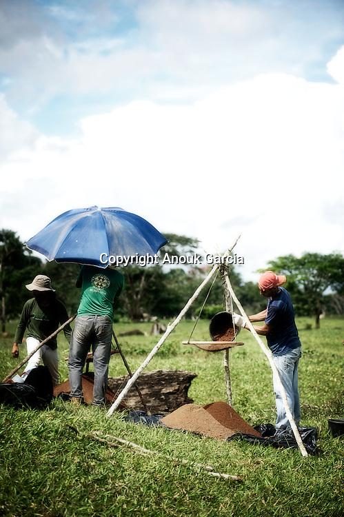 Fouille archéologiques du geoglyphe TEQUINHO avec Denise Shaane archéologue.
