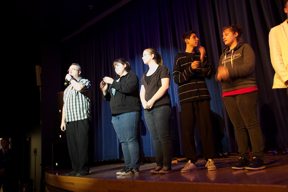Les étudiants de Pierre-Dupuy monte une spectacle avec l'aide de Fusion Jeunesse. Students from Pierre-Dupuy perform at a talent show featuring music, dance, beatboxing, comedy and more with the help of Youth Fusion.