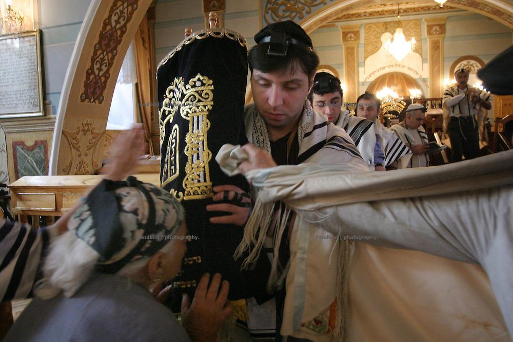 Religious jewish georgian during the morning prayer in the synagogue of Tbilisi - Georgia. Religiöse Juden während des Morgengebets in der Synagoge von Tiflis - Georgien.