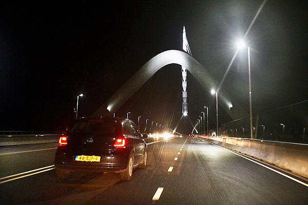 Nederland, Nijmegen, 24-11-2013Zaterdag is de nieuwe stadsbrug van de stad Nijmegen, de Oversteek, in gebruik genomen, geopend. Het publiek kon op zondag de brug bewandelen. Vanaf half zeven mocht het autoverkeer over de brug rijden.  De brug is vernoemd naar de heldhaftige oversteek van de rivier de Waal die Amerikaanse soldaten op dit punt maakten tijdens de operatie Market Garden in de tweede wereldoorlog om met succes de oude Waalbrug te veroveren. De overspanning is een belangrijke schakel in de ontlasting van de stad van het doorgaande verkeerDe Oversteek is een boogbrug van 285 meter lang en 60 meter hoog en is de op een na langste hoofd overspanning van Nederland, en de grootste boogbrug van Europa met een enkelvoudige boog.De brug wordt 23 november in gebruik genomen.De nieuwe oeververbinding moet zorgen voor een betere spreiding en doorstroming van verkeer binnen de stad Nijmegen. Na 75 jaar is er eindelijk een tweede vaste verbinding voor de stad. De oude waalbrug krijgt vanaf eind dit jaar groot onderhoud, waarna de volle capaciteit van beide bruggen pas gebruikt kan worden. De skyline van de stad is veranderd.De brug is een ontwerp van de Belgische architecten Ney en Paulissen. Foto: Flip Franssen/Hollandse Hoogte