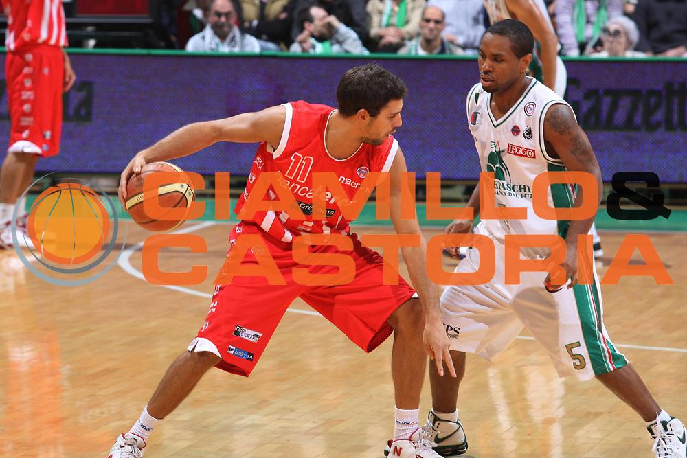 DESCRIZIONE : Siena Lega A 2009-10 Montepaschi Siena Banca Tercas Teramo<br /> GIOCATORE : Tommaso Marino<br /> SQUADRA : Banca Tercas Teramo<br /> EVENTO : Campionato Lega A 2009-2010 <br /> GARA : Montepaschi Siena Banca Tercas Teramo<br /> DATA : 24/10/2009<br /> CATEGORIA : palleggio<br /> SPORT : Pallacanestro <br /> AUTORE : Agenzia Ciamillo-Castoria/G.Ciamillo