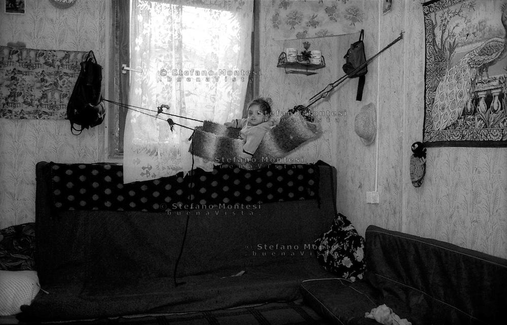 Montenegro  Novembre 2000.Campo profughi di Konik 1.Un bambino di etnia rom profugo dal Kosovo all'interno della sua abitazione