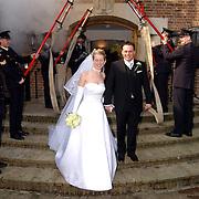 Huwelijk brandweerman Martijn Schram met Sylvia Bunschoten gemeentehuis Huizen, erehaag collega's